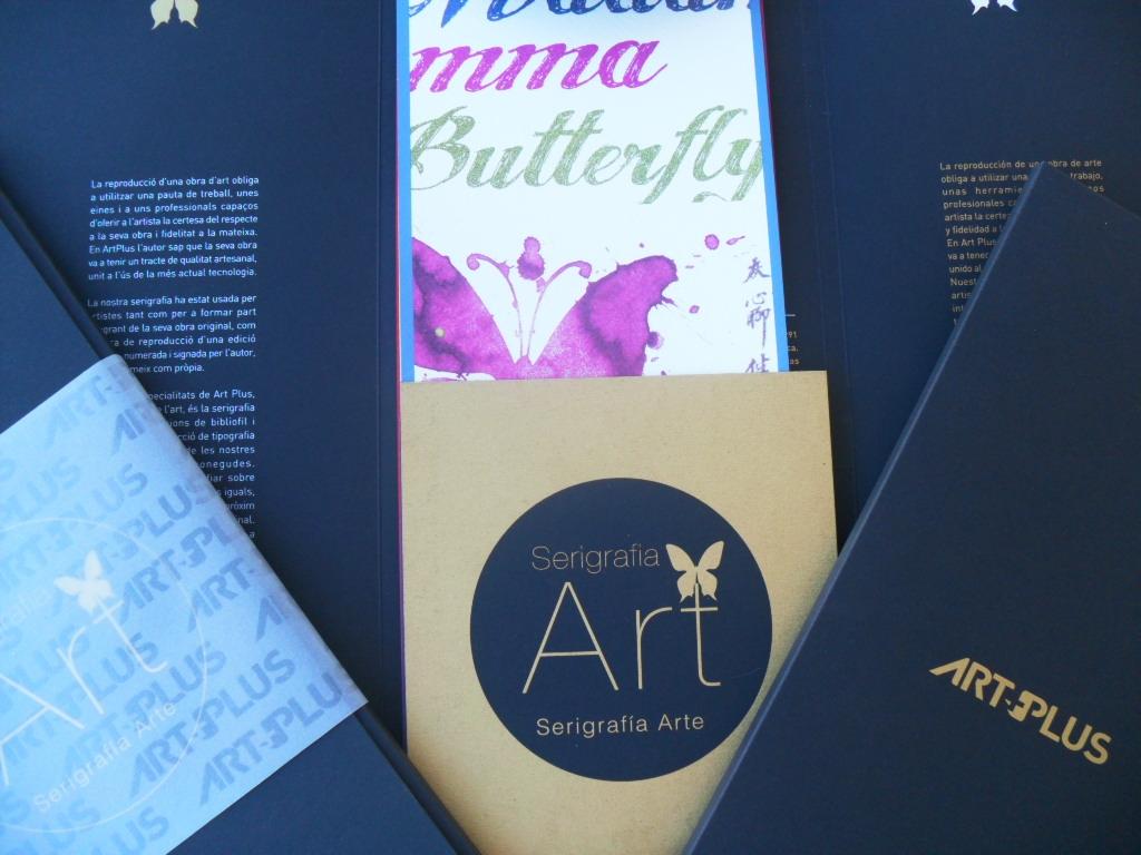 Carpeta del catálogo arte de Art Plus realizada en papel Fedrigoni Sirio Sirio Black Black, serigrafiada a 1+2 tintas, faja en papel vegetal serigrafiada a 1+0 barniz u.v. brillante